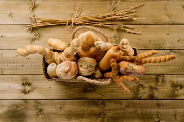 Vari tipi di pane nel cesto