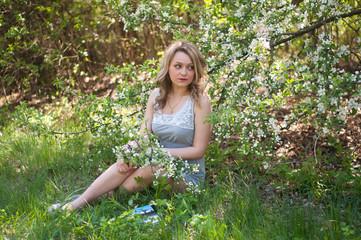 Чтение в весеннем саду