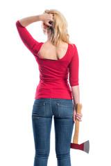 Frau hält ein Beil