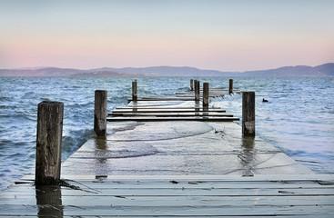 Molo allagato sul Lago Trasimeno, Italia