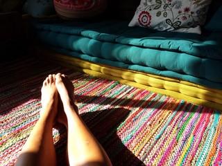 Gambe su tappeto