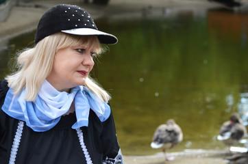 Женщина у озера.