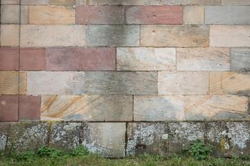 Hintergrund – bunte Sandsteinmauer