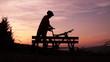 Fahrradfahrer kommt an und macht Pause