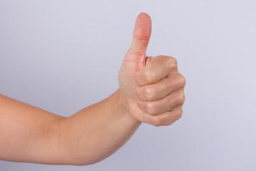 femme geste de la main