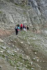 Im Gänsemarsch an der Felswand entlang