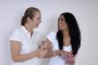 zwei hübsche Freundinnen lachend