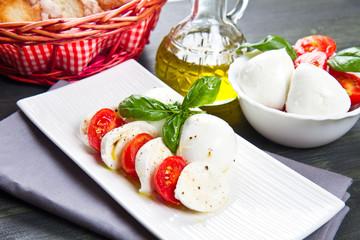 mozzarella di bufala con pomodoro e basilico