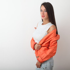 Ragazza in jeans e giacca arancio