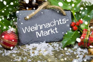 Weihnachtsdeko mit Tafel und Weihnachtsmarkt