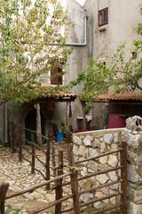 Jardin et arrière-cour dans le village