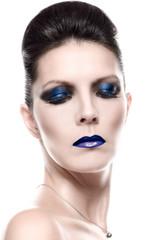 Schöne junge Frau mit blauem Make up