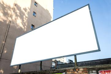 Werbetafel auf Mauer