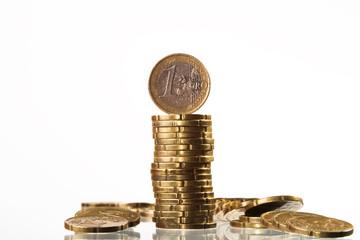 Geldstapel mit 1 Euro Münzen