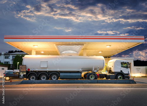 Leinwanddruck Bild Tanklaster Tankwagen an Tankstelle – Tank Truck at Gas Station