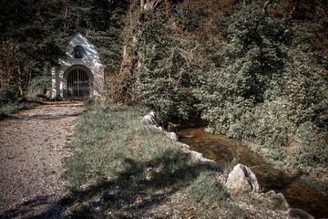 Bach fließt neben Kapelle