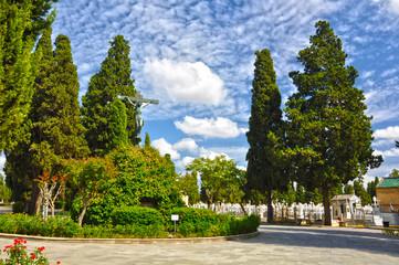 Cementerio de Sevilla, Cristo de las Mieles, cipreses