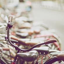 vieille repos de guidon de bicyclette dans le parc de vélos