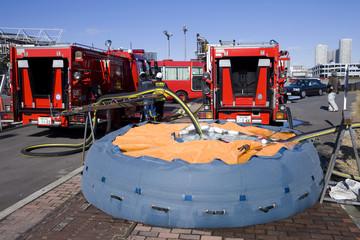 ポンプ車と貯水プール