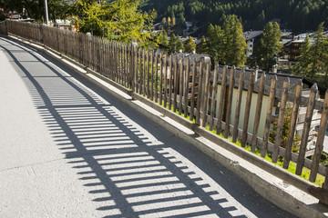 Schattenwurf eines Holzhages in Zermatt