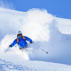 Skifahrer in Staubwolke