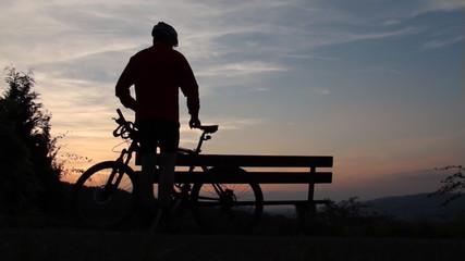 Mountainbiker hält an und macht Pause