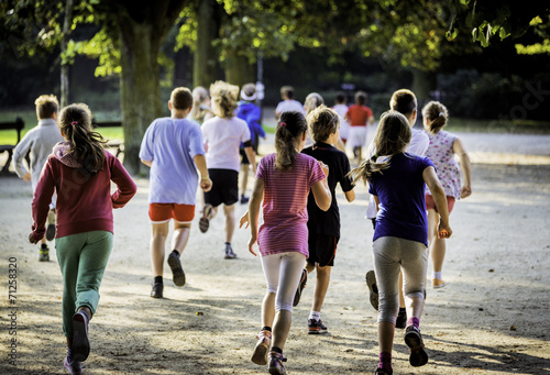 Young school runners - 71258320