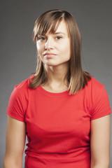 Emotionen: Neutral, Junge Frau in rotem Shirt