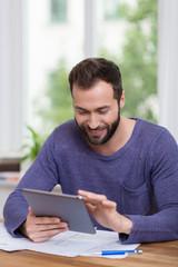 mann arbeitet zuhause am tablet