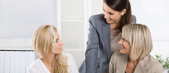 Geschäftsfrauen in einem Meeting: Konzept Frau und Beruf