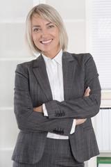 Ältere Frau beruflich erfolgreich in Kostüm und Bluse