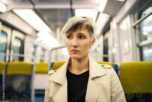 Pięknej młodej kobiety intymny portret wśrodku metra metra. Par