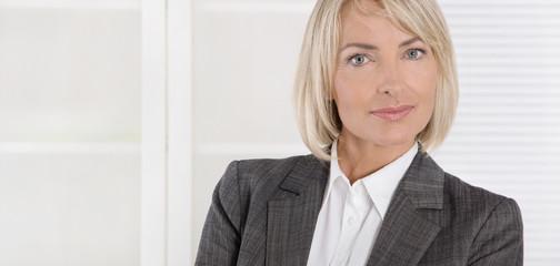 Die Chefin: attraktive blonde Geschäftsfrau; Frau und Beruf