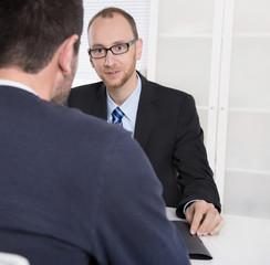 Berater und Kunde im Gespräch über Versicherungen
