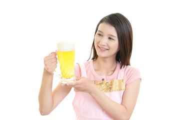 ビールを持つ笑顔の女性