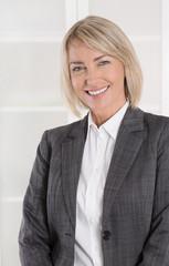 Lachende erfolgreiche Geschäftsfrau: Vorstand