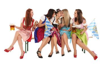Mädchengruppe im Dirndl