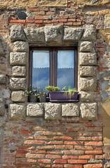 finestra con cornice in pietra, Montepulciano