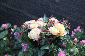 Blumen vor Grabstein