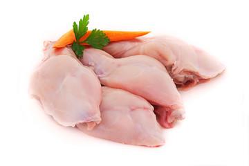 cuisses de lapin fermier crues sur fond blanc