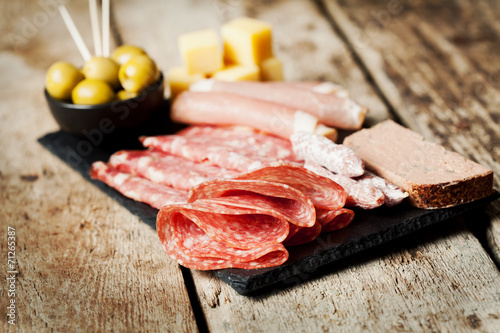 Staande foto Voorgerecht Charcuterie assortment and olives on wooden background