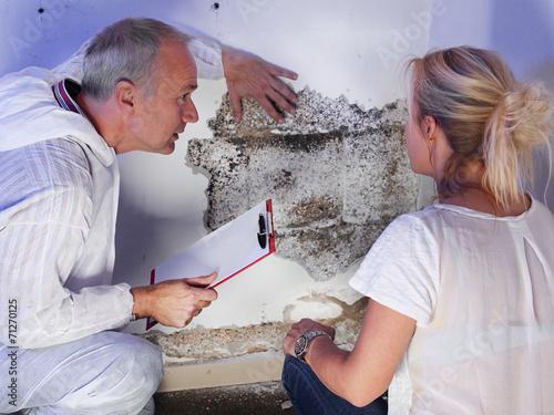 Leinwanddruck Bild Pest controler explains something to a customer