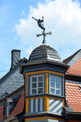 Kunstvoller Erker mit Windfahne in Idstein