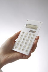 電卓を使う女性の手