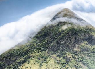 Vulkan in Nebel gehüllt