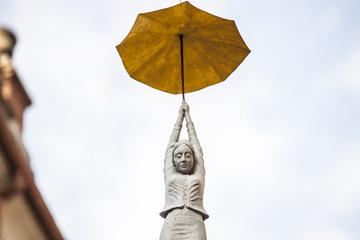 statua icastica donna con ombrello