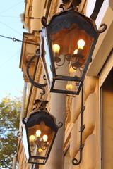 уличный фонарь с светящими лампочками