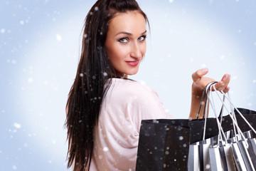 schöne junge Frau mit Einkaufstaschen