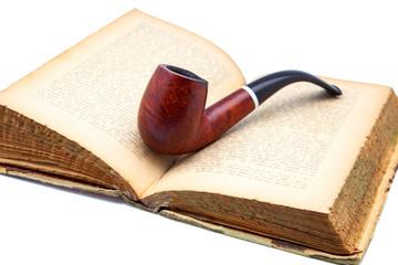 libro y pipa de tabaco