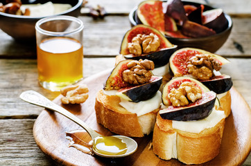 bruschetta with figs, honey, goat cheese and walnuts